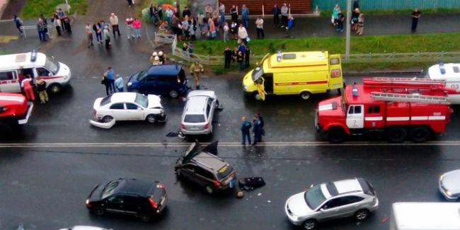 ВОмске «Лада» наскорости врезалась внесколько авто