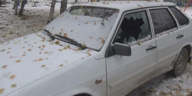 Омич расколотил окна в12 авто