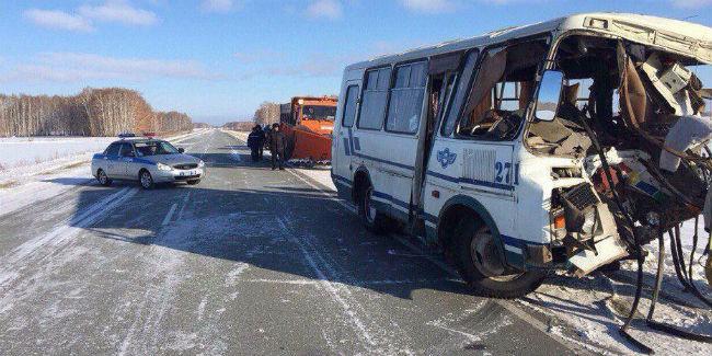 Появились фотографии лобовой трагедии автобуса иинкассаторской машины под Омском, 4 погибли