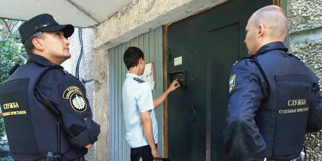Жителя Омска обвиняют внанесении удара ножом судебному приставу