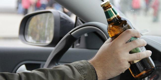 Наомской трассе нетрезвый  шофёр , который вез 3-х  пассажиров, улетел вкювет