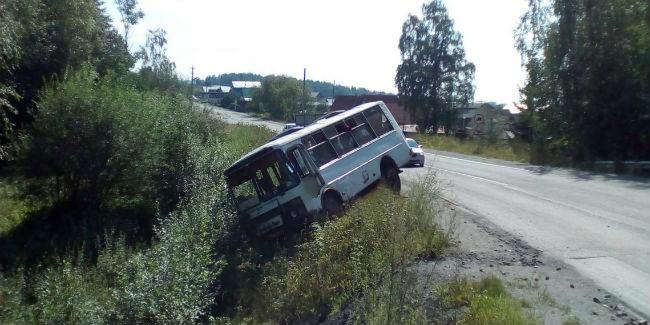 ВОмской области рейсовый автобус вылетел вкювет— есть пострадавшие