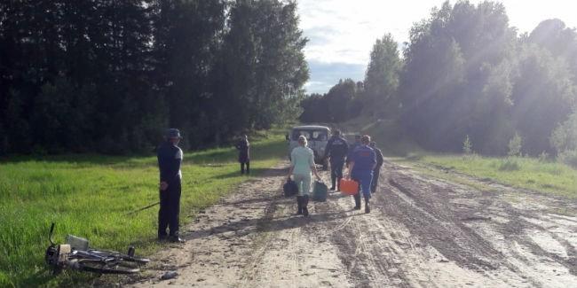 Омские cотрудники экстренных служб налодке доставили в поликлинику роженицу