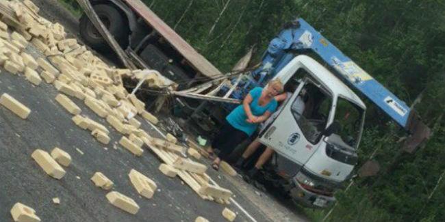 Ужасная авария с маршруткой и погрузчиком под Омском: погиб один человек