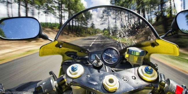 Мотоциклист вместе спассажиром погибли, попавшись под товарняк вНовосибирской области