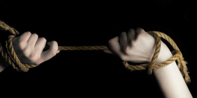 Нетрезвый омич ворвался вдом бывшей девушки исвязал еесына подтяжками