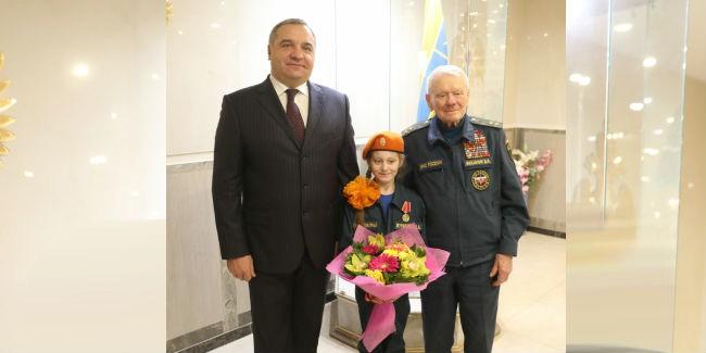 Школьника изРостова-на-Дону наградили заспасение воспитанников изгорящего лицея