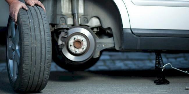 ВОмске сбили пенсионера, чинившего собственный автомобиль надороге