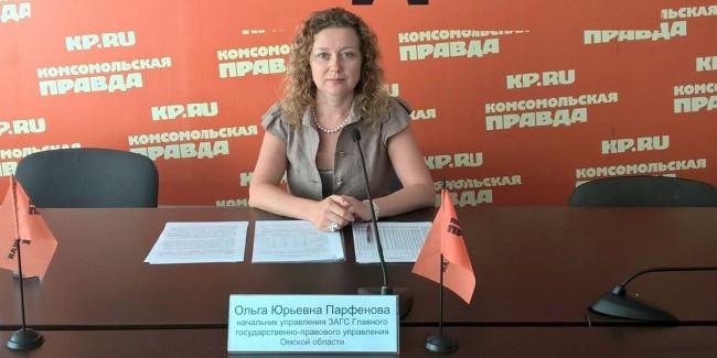 Мэр Омска привел изЗАГСа руководителя департамента финансовой политики