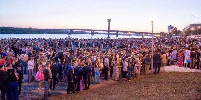 Омских выпускников ожидает бал-маскарад исалют