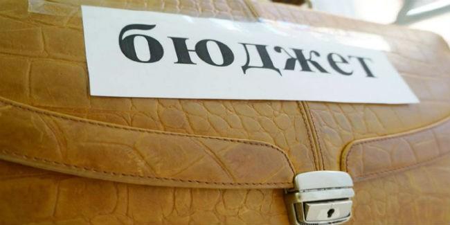 Мэрия Омска нашла в бюджете деньги на проезд, освещение улиц и пенсии чиновникам