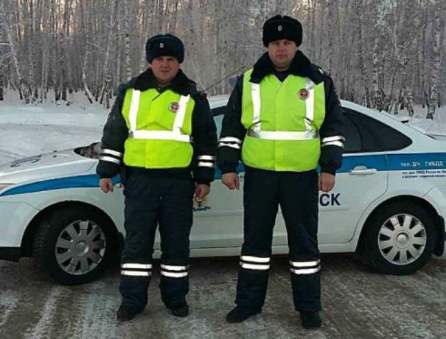 Омские дорожные полицейские спасли замерзающего водителя