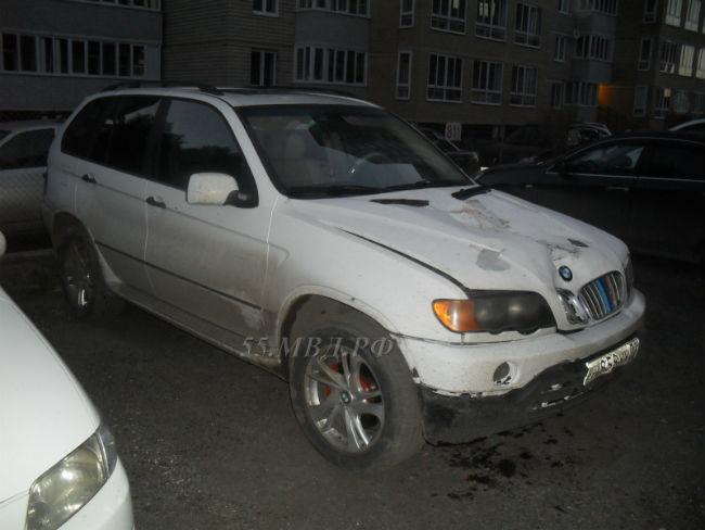 ВОмске БМВ Х5 сбил работавших дорожников и исчез