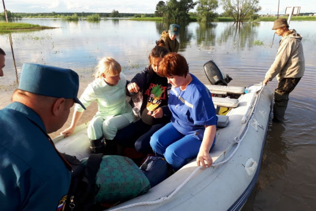 Cотрудники экстренных служб эвакуировали роженицу иззоны подтопления вОмской области